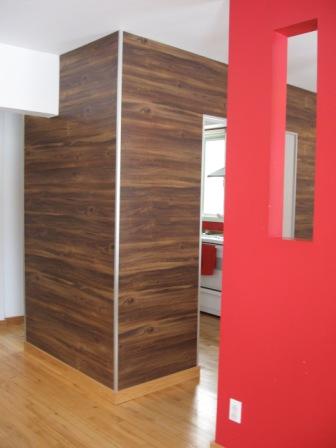 Oser poser du plancher sur les murs d conome - Peut on mettre du parquet dans une cuisine ...