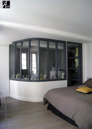 verrière d'atelier séparant chambre et salle de bain / Glass door window