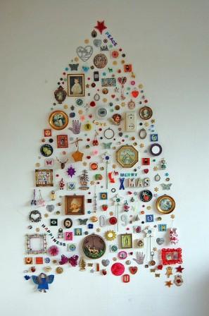 sapin de Noël de petits objets suspendus au mur
