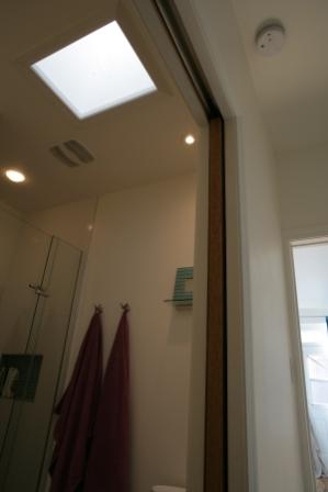 am nager une petite salle de bain d conome. Black Bedroom Furniture Sets. Home Design Ideas