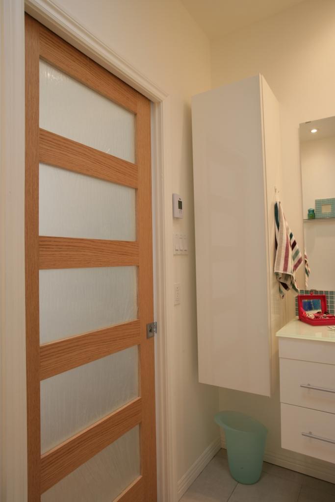Am nager une petite salle de bain d conome - Porte coulissante salle de bains ...