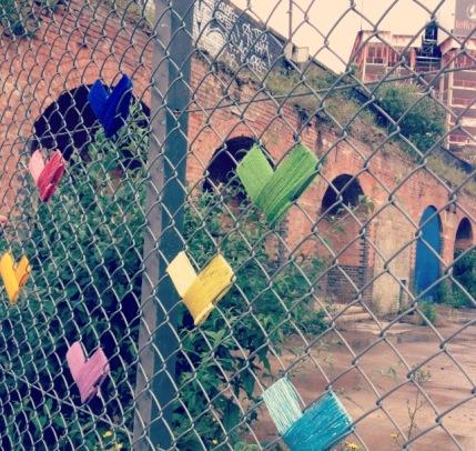 Yarnbombing clôture grillage coeurs